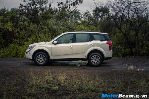 2015-Mahindra-XUV500-04