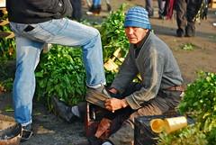 lustrando zapatos (GMH) Tags: chile santiago verduras trabajo retrato central zapatos mercado vega hombre trabajando lustre seor trabajador bolero alimentos latinoamrica lustrar ltytr1 lustrando