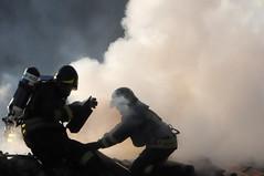 Gli Angeli del fuoco (illyphoto) Tags: photo di ilaria incendio fuoco fumo pompieri vigilidelfuoco pompiere illyfoto provenzi illyphoto provenziilaria