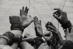 Força i coratge . Mans (Alex Nebot) Tags: hand hands humantowers humantower castellers castells nens nensdelvendrell aixecador enxaneta cos tronc pinya somcultura cultura festa popular catalunya cataluña catalonia tarragona tgn nikon nikonista d7200 sigma 18300 monocromo monochrome tradicions