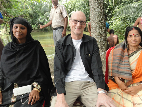 Director General of WorldFish visits Small Indigenous Species (SIS) pond in Barisal, Bangladesh. Photo by Mohammed Zakir Hossain, 2013.