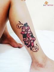 קעקוע של פרחים ברגל