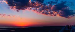 Spectacle au Crotoy (Alexandre LAVIGNE) Tags: mer france landscape photography photo pentax lumière ciel nuage paysage plage fra picardie couchédesoleil ambiance baiedesomme littoral lecrotoy lesgens k20d scenedevie pentaxk20d louisengival format2351 format235