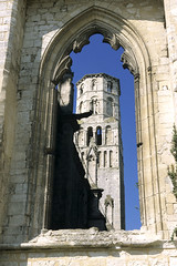 Jumiges, abbaye, ruines (Ytierny) Tags: france vertical architecture tour pierre religion ruine normandie faade abbaye edifice vestige seinemaritime catholique jumiges hautenormandie eglisenotredame lieudeculte valledelaseine ytierny