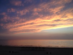 Costa de la Luz, San Lcar de Barrameda (amores_luis) Tags: playa arena cdiz ocanoatlntico sombrillas geografahumana hidrologa geografafsica formacinnubosa