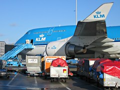 Cargo around KLM Boeing 747 (PH-BFT) at Schiphol Amsterdam (PictureJohn64) Tags: travel amsterdam plane garden flying airport flickr traffic aircraft aviation air transport flight aeroplane cargo transportation around boeing spl machines flughafen avião klm flugzeug schiphol avión aeropuerto aereo 747 flevoland airliner avion approaching almere aviones aerodrome vliegtuig reizen vliegveld eham planespotting aviacion aviões aeronautical spotter aerodynamics flyet phbft compagniesaériennes lineaaérea flyselskab picturejohn64 amantesdaaviação