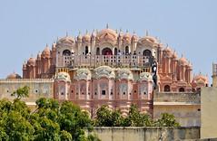 Jaipur (India). Hawa Mahal o Palacio de los Vientos. Trasera vista desde el Jantar Mantar (santi abella) Tags: india jaipur