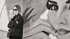 hmmmmmmmmm (Gerard Koopen) Tags: spanje spain malaga bw city blackandwhite straat street straatfotografie streetphotography pablo picasso woman mobile reading sunglasses candid fujifilm fuji xpro2 56mm 2017 gerardkoopen monocromo