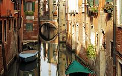 Venezia, di canale in canale ... (serie) (Augusta Onida) Tags: venezia canale calla riflesso reflections barca boat ponte bridge casa house acqua water veneto patrimoniounesco unesco heritage