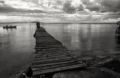 Pop el corcho (Eddie La Mole) Tags: elcorchobay naguabo sunrise dawn blackandwhite monochrome sea water jetty fishermen boat bay kodakekatr canona1 fd24mm