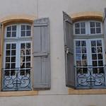 Les fenêtres, rue Gérard Philippe, Avignon, Vaucluse, Provence, France. thumbnail