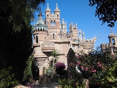 Castillo de Colomares (andresbasurto) Tags: costa color verde sol azul spain pueblo rosa andalucia costadelsol benalmádena castillo málaga colorido castillodecolomares benalmádenapueblo andresbasurto