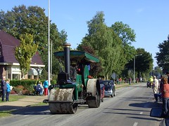 Steam road roller (Davydutchy) Tags: life 1920s horse tractor festival boer cheval 1930s fairground country steam parade september farmer pferd optocht paard stoom platteland dampf dorpsfeest vapeur bauern nieuwehorne fermier wals dampfwalze 2013 stoomwals nijhoarne dorsvlegel oudehorne flaeijelfeest flaeijel ldhoarne