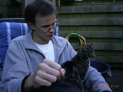 2004-09-19 - 17.00 Mark met poes Kruimeltje (TeamNagele) Tags: huisdieren kruimeltje