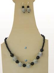 collana e orecchini_riciclo_carta e pietre_black&white_2