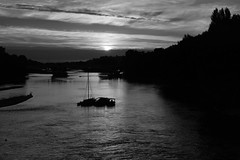 La Loire en noir (François Tomasi) Tags: monochrome white black blanc noir noiretblanc blackandwhite loire villedetours tours touraine indreetloire fleuve eau water france europe google flickr yahoo pointdevue pointofview pov tomasi françois françoistomasi sunset sunrise soleil sun nikon reflex composition photoshop ciel nuages nuage clouds cloud lumières lumière lights light bateau boat photo photographie photography mars 2017