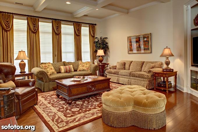sala de estar decorada com móveis antigos