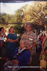 Con la núa Ananía Pakomio Tekena, nieta de Atamu Tekena. Él era el Ariki Rapa Núi cuando el capitán Policarpo Toro anexó la isla a Chile en 1888. Jueves 31 de enero 2002.