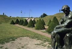 Gravelines, poudrire, statue (Ytierny) Tags: sculpture france statue horizontal bronze moderne enceinte fortification nord pelouse vauban alle gravelines rempart gazon espacevert charlesgadenne ytierny