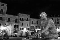 Luci insonni (Ylis7) Tags: lightpainting love canon arte lucca occhi sculture luci notte artista corpi rabarama piazzadellanfiteatro ylis paolaepifani muralucca rabaramalucca