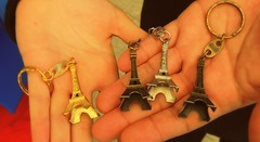 paris, france (JAVIACEVEDO) Tags: paris france hands memories eiffeltower manos torreeiffel llaveros