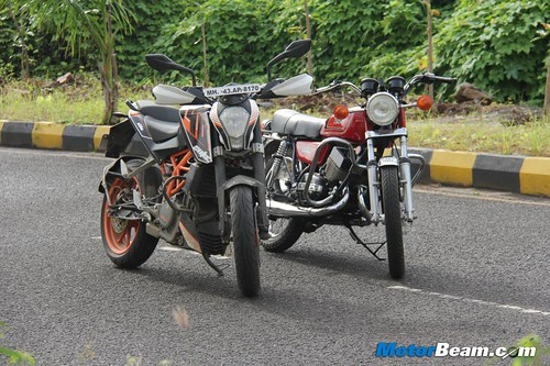 KTM-Duke-390-vs-Yamaha-RD350-31