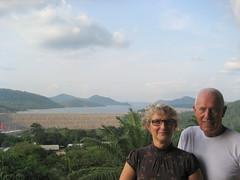 Volta-Stausee mit Staumauer im Süden Ghanas