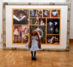 Alicia contempla sus fotos (araceli.merchan) Tags: ball jointed dolls bjd leekeworld artbody mikhail leeke wonderland