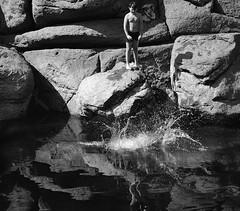 Nach dem Sprung (winkleredgar) Tags: white black rock und jump wasser child kind weiss schwarz felsen spritzen