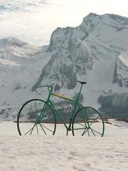 Vélo vert Gourette-Aubisque (chrdraux) Tags: gourette aubisque neige pyrénéesatlantiques64 montagnes vélo tourdefrance blanc vert rocher roues cadre guidon selle ciel cycle cyclisme
