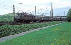 144 084  Grötzingen  28.04.83 (w. + h. brutzer) Tags: grötzingen eisenbahn eisenbahnen train trains railway deutschland germany elok eloks lokomotive locomotive zug e44 db 144 webru nikon analog