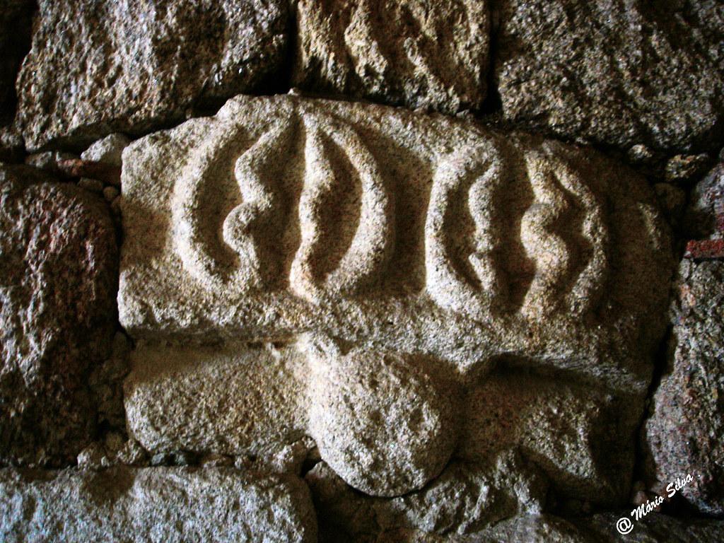 Águas Frias (Chaves) - ... pormenor de pedra trabalhada na parede da sacristia da igreja matriz ...