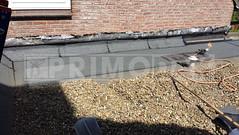 Dakdekker: Na het aanbrengen van de nieuwe laag bitumen dakbedekking op het platte dak. Wordt de opgaande detaillering onder het lood voorzien van een strook dakbedekking dat de dakdekker op maat heeft gesneden