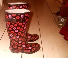 geliebte Gummistiefel_alt_fertig_undicht (yvonne_2.0) Tags: old rot shoes hole boots ripped yvonne dirty holes worn torn colourful loch welly wellies schuhe smelly galoshes rubberboots soggy gummistiefel wellingtons gumboots leaky smelling rainboots löcher laarzen undicht wellworn regenstiefel