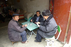 The men play (10b travelling / Carsten ten Brink) Tags: 10btravelling 2016 asia asie asien carstentenbrink china chine chinese guizhou iptcbasic miao prc peoplesrepublicofchina qiandongnan shidong southwest zhenyuan cards dominos men northeast playing province southernchina tenbrink 中华人民共和国 中国