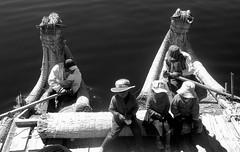 IMGP0659bw (borneirana) Tags: totora titicaca lago lake puno perú travel viajes holidays vacaciones vacation agua water wasser see reisen urlaub niños kids kind boat textures texturas familia family