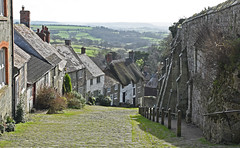 Hovis Hill (Gold Hill) (MWBee) Tags: shaftesbury dorset mwbee nikon d750 hovishill goldhill thatch thatchroof hill road cobbles