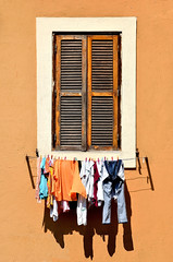 Saranno presto asciutti (Il cantore) Tags: light shadow orange sun muro window wall ombra finestra shutters hanging sole arancio washing luce panni persiane stesi scuri imposte