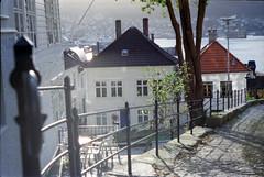 49 Bergen (M. SCHULZ) Tags: exa 1b canon 9000f kodak farbwelt 400 analog norwegen 35mm bergen film norway norge ihagee iso analogue