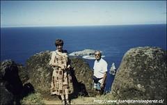 Viaje de estudio a la Isla de Pascua. Ciudadela de Orongo. Con Ana Rosa, febrero de 2000.