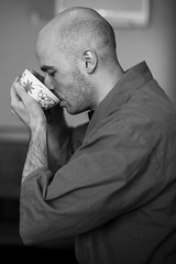 Japanese Tea Ceremony (Patrick Vierthaler) Tags: 宇治茶の郷 京都山城 山城 京都 宇治 茶 宇治茶 抹茶 抹茶ひき体験 体験 uji kyoto tea tee store japanese green maccha japanischer ceremony sado monochrome black white モノクロ