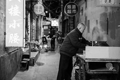 Hutong Chef, Beijing (romanboed) Tags: asia china beijing hutong street city cityscape dark leica m 240 summilux 50 travel night available light nightlife streetlife cooking cook chef streetfood alleyway
