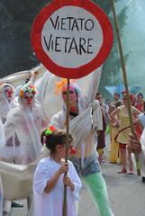 DSC_4850 (la Drugo) Tags: people white sign children nikon traffic smoke stop bologna juggler artista fumo divieto giocoleria vietato parata vietare fumogeno partt