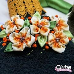 Toalha com flores de fitas (Clube de Artesanato) Tags: flores artesanato toalha decoração fita fitas passoapasso comofazer artesmanuais cristinabottallo façavocêmesma floresdefita façaemcasa fitasprogresso clubedeartesanato eunicetrindade toalhacomfloresdefitas