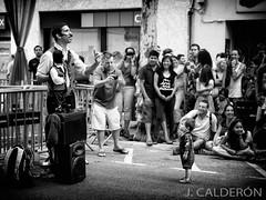 UN MOMENTO MAGICO (Juan Calderon) Tags: barcelona blancoynegro bn festesdesants jcaldern spiritofphotography juancaldern luzopaca fujix10 vision:sky=0557 vision:outdoor=0901 zonagonzales