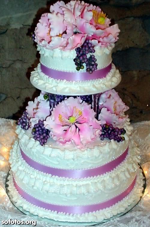 Bolo de casamento redondo branco com flores rosa