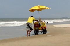Trabalho na praia 003 (Parchen) Tags: praia paran foto fotografia carrinho venda imagem sorvete bebidas picol registro vendedores matinhos sorveteiro empurrando vendedoresdepraia parchen balneriocaravelas carlosparchen vendedoresnapraia