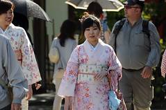 La de rosado (Picardo2009) Tags: people woman japan umbrella walking temple women kyoto gente kimono kansai paraguas japon templo yasakashrine streetshot caminando tradicion tradicional yasaka kyotoprefecture fotografiacallejera prefecturadekyoto