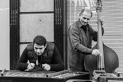 Música en la calle (Sonia Montes) Tags: blackandwhite bw black byn blancoynegro canon calle streetphotography urbana músicos