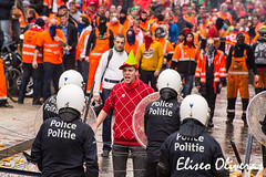 Challenge   (Crisis's anger-7) (Eliseo Oliveras) Tags: street city brussels people urban work trabajo workers belgium belgique belgie eu police bruxelles anger protesta sindical violence bruselas paro manifestacion brussel ports belgica protester crisis europeanunion ue puertos trabajadores dockers europeancommission empleo comisineuropea tradeunion incidents desempleo unineuropea estibadores eliseooliveras demmostration eliseooliveras